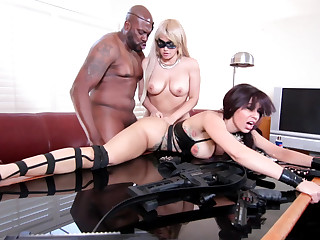 Virginal looker and a MILF in an interracial 3some