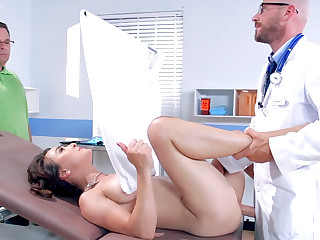 Doctor plays up patient's pussy